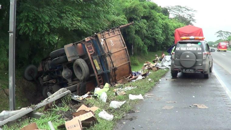 Kondisi truk terguling di tol Tangerang - Merak KM 69 di kawasan Bogeg, Cipocok Jaya, Kota Serang. (Foto: TitikNOL)