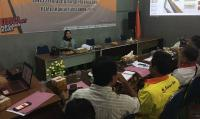 Tersangka saat di interogasi petugas Satuan Reserse Narkoba di Polres Serang. (Foto: TitikNOL)