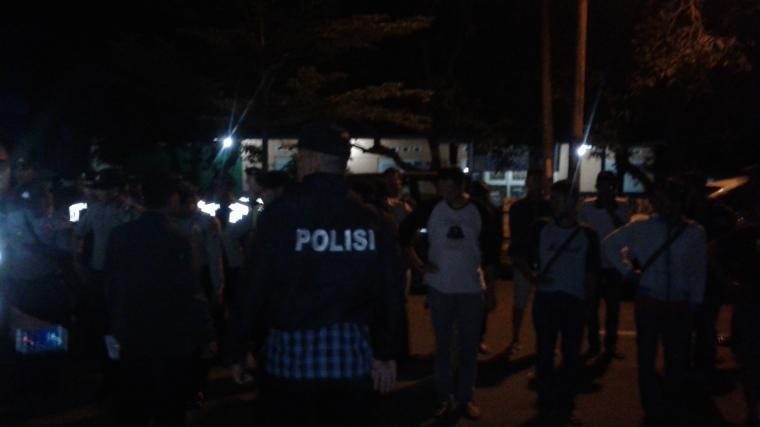 Sejumlah aparat kepolisiak berjaga di depan kantor KPU Lebak. (Foto: TitikNOL)