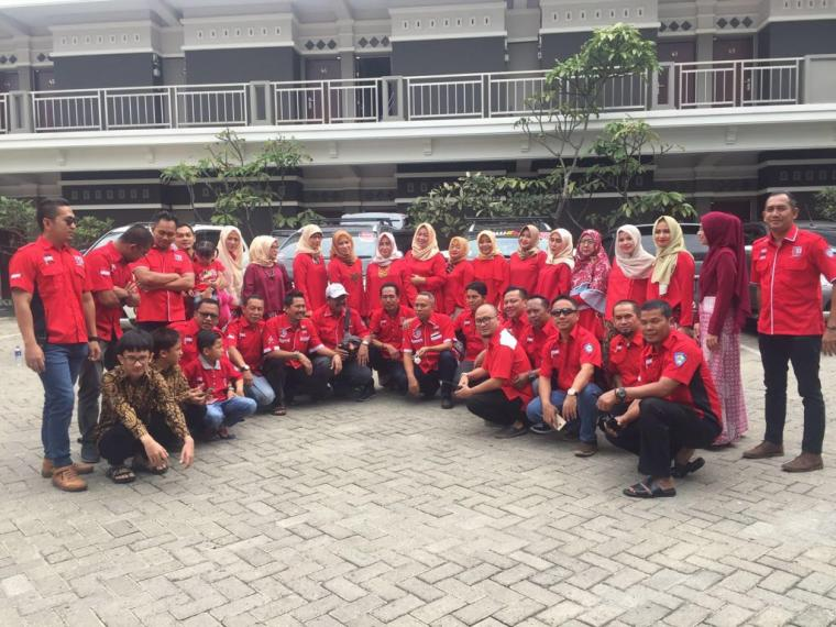 Seluruh anggota Pajero Indonesia One Chapter Tirtayasa, berfoto bersama sebelum touring. (Foto: Ist)