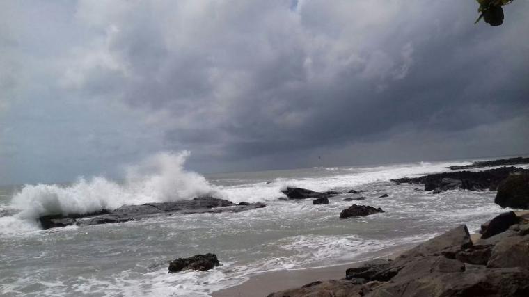 Gelombang air laut di pesisir pantai pasir putih Kecamatan Cihara pasca gempa pasang. (Foto: TitikNOL)