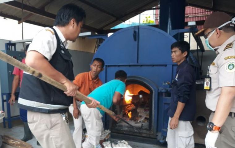 Balai Karantina Pertanian Cilegon saat memusnakan barang sitaan. (Foto: Ist)