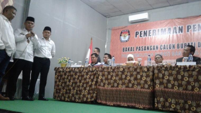 Bakal paslon perseorangan saat memyampaikan keberatan pengembalian berkas pendaftaran oleh KPU Lebak. (Foto: TitikNOL)
