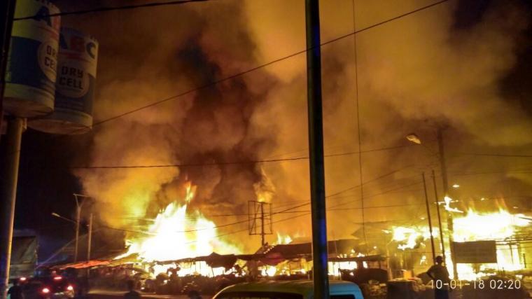 Api melalap puluhan kios di Pasar Ciruas dini hari tadi. (Foto: TitikNOL)