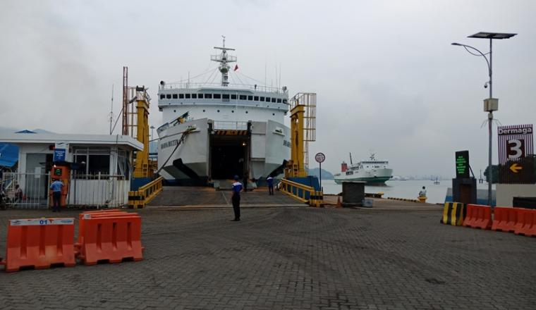 Kapal sandar di dermaga III Pelabuhan Merak. (Foto: TitikNOL)