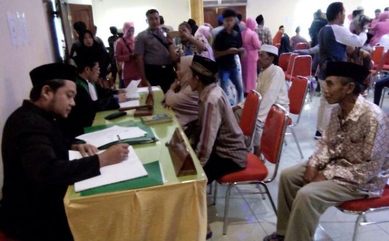 Suasana kegiatan isbat nikah bagi 50 Pasutri di Lebak yang dilaksanakan di Hall Hotel Mutiara atas gagasab yang digelar oleh Bhayangkari Polres Lebak. (Foto: TitikNOL)