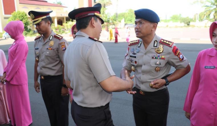 Kapolda Banten Brigjen Pol Listyo Sigit Prabowo mengucapkan selamat kepada Dansat Brimob Kombes Pol Reeza Herasbudi.. (Foto: TitikNOL)
