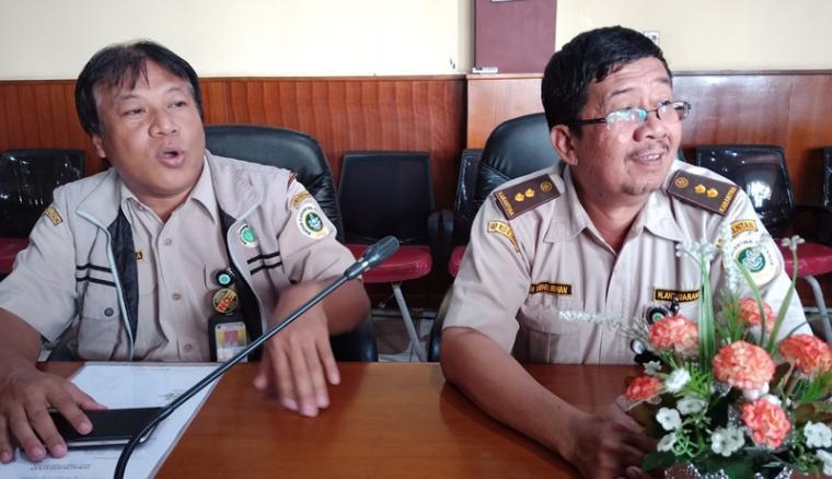 Koordinator Fungsional Karantina Tumbuhan pada BKP Kelas II Cilegon Rahmat Kurnia (kanan) saat memberikan keterangan kepada wartawan. (Foto: TitikNOL)