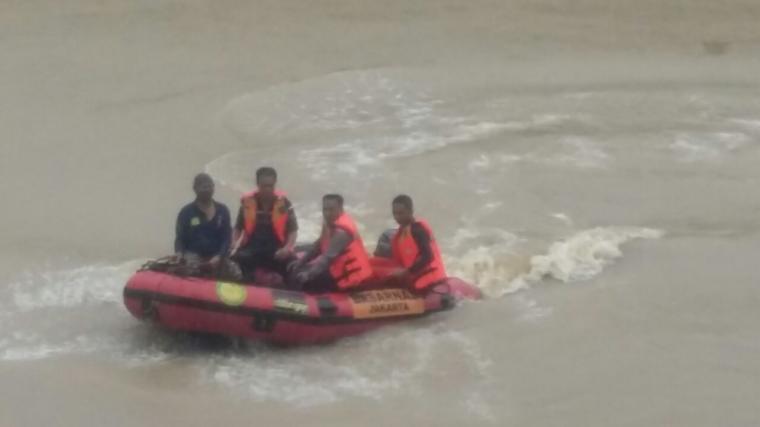 Tim Sar dari Basarnas Banten tengah melakukan pencarian korban tengelam seorang siswa SMP di Lebak yang terbawa arus sungai Ciujung. (Foto: Ist)