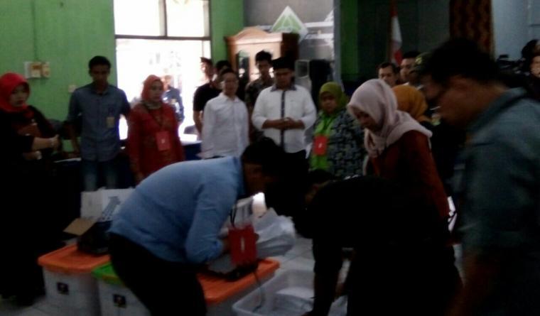 Tim Cecep dan Didin Paslon Bupati dan Wakil Bupati Lebak dari jalur perseorangan membawa dokumen berkas dukungan untuk dihitung ulang dan di sinkronkan. (Foto: TitikNOL)