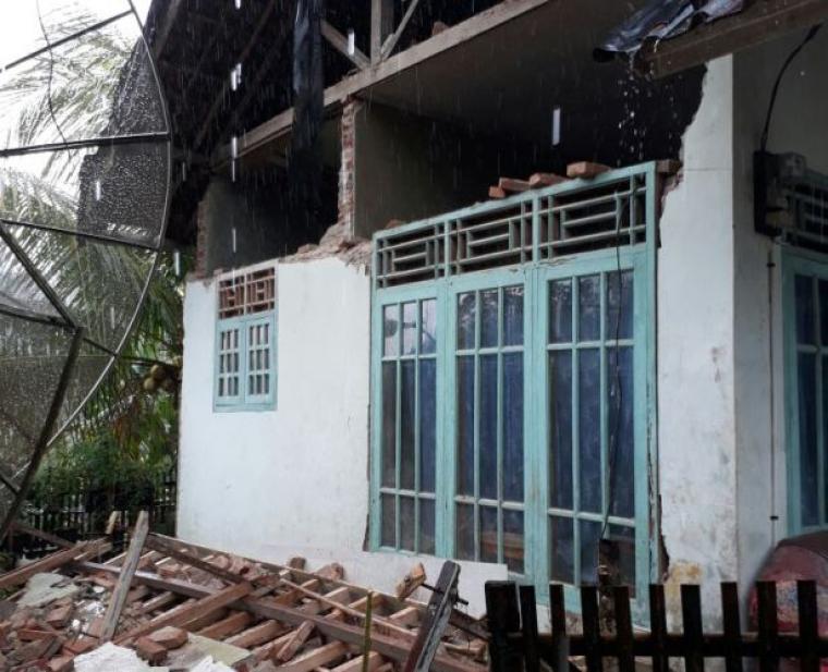 Rumah salah seorang warga Desa Sawarna Timur, Kecamatan Bayah ambruk pada bagian depan rumah akibat gempa. (Foto: Ist)