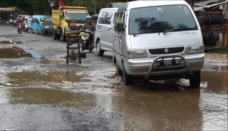 Kondisi jalan yang rusak akibat seringnya kendaraan truk besar yang melebihi tonase melintas. (Foto: TitikNOL)
