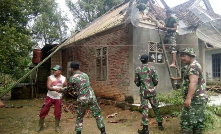 Sejumlah prajurit TNI Yonif 320/BP Pandeglang tengah membantu memperbaiki rumah warga korban gempa di Lebak. (Foto: TitikNOL)