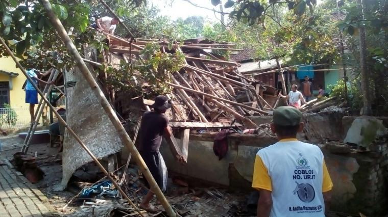 Hujan dan angin kencang mengakibatkan bangunan rumah milik Sadiman ambruk. (Foto: Ist)