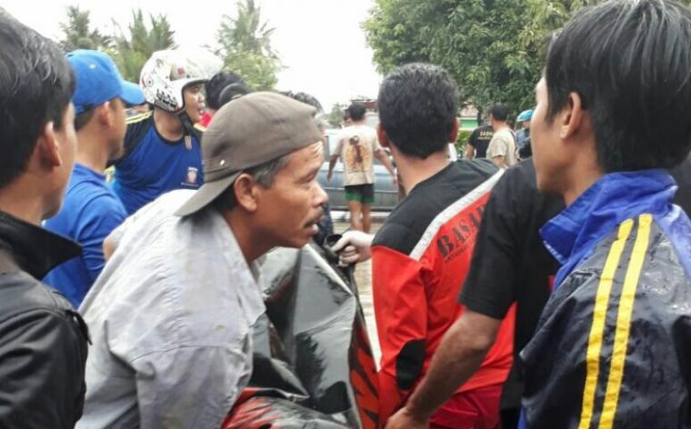 Jasad siswa SMP yang tenggelam di Sungai Ciujung, Kabupaten Lebak. (Foto: TitikNOL)