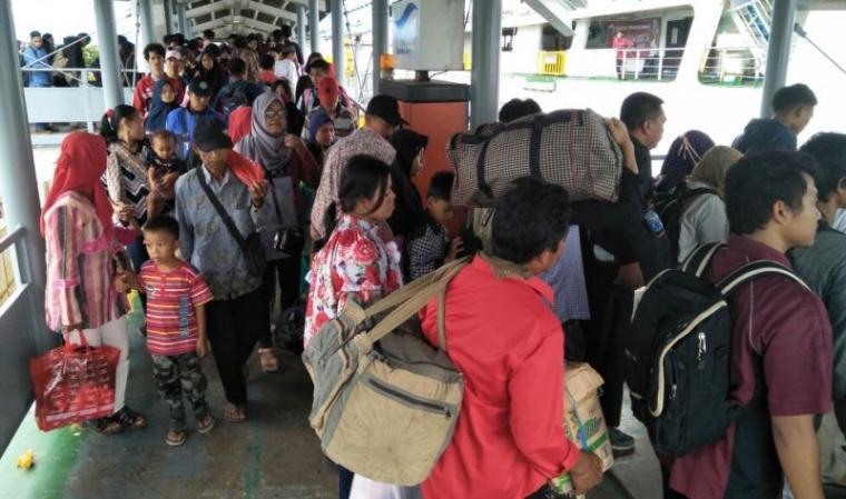 Sejumlah penumpang arus balik pasca libur natal 2017 dan tahun baru 2018. (Foto: TitikNOL)