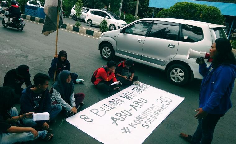 Sejumlah mahasiswa saat menggelar aksi unjuk rasa kritisi kepemimpinan Wahidin - Andika. (Foto: TitikNOL)