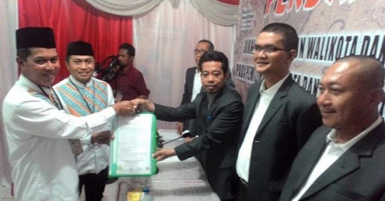 Syafrudin - Subadri Ushuludin saat mendaftar ke KPU Kota Serang. (Foto: net)