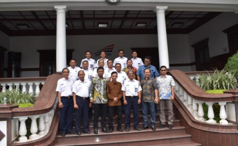 Komisi IV DPRD Provinsi Banten saat melakukan kunjungan kerja ke PT Kereta Api Indonesia (PT KAI) di Bandung, Jumat (5/1/2018).