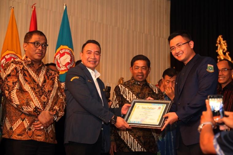 Ketua Pengurus Karang Taruna Provinsi Banten Andika Hazrumy saat Menerima Penghargaan Kader Utama Terbaik Karang Taruna. (Foto: Ist)