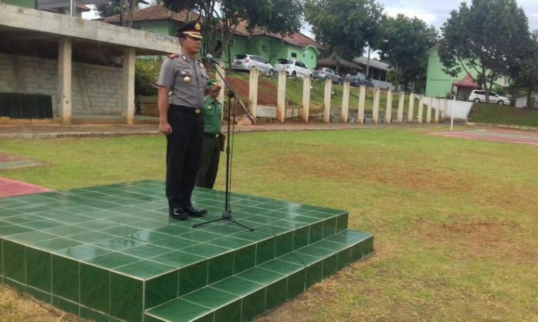 Kapolres Serang Kota AKBP Komarudin saat menjadi pimpinan upacara Hari Kesadaran Nasional (HKN) di Markas Komando Distrik Militer (Makodim) 0602 Serang, Rabu (17/1/2018). (Foto: TitikNOL)