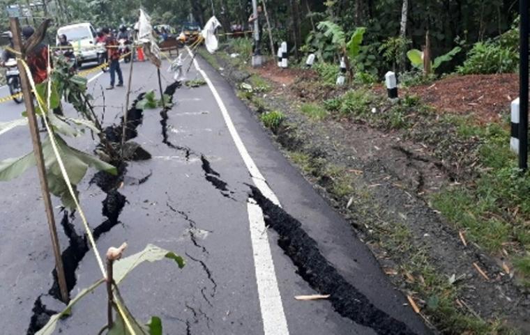Foto jalan yang beredar di media sosial. (Foto: Ist)