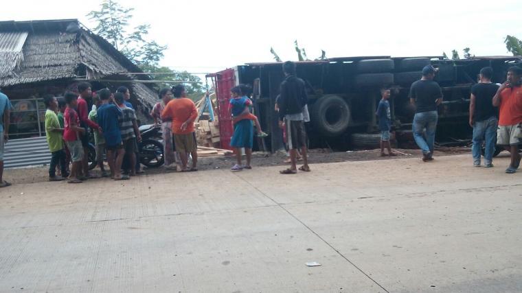 Truk Tronton putus tali rem tabrak sepeda motor dan warung terguling dan menimpa Jejen hingga tewas ditempat kejadian. (Foto: Ist)