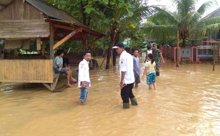 Banjir terus meluas di Kabupaten Lebak, selain di beberapa desa di Kecamatan Banjarsari. Banjir juga terjadi di Kecamatan Cijaku dan Kecamatan Gunungkencana. (Foto: TitikNOL)