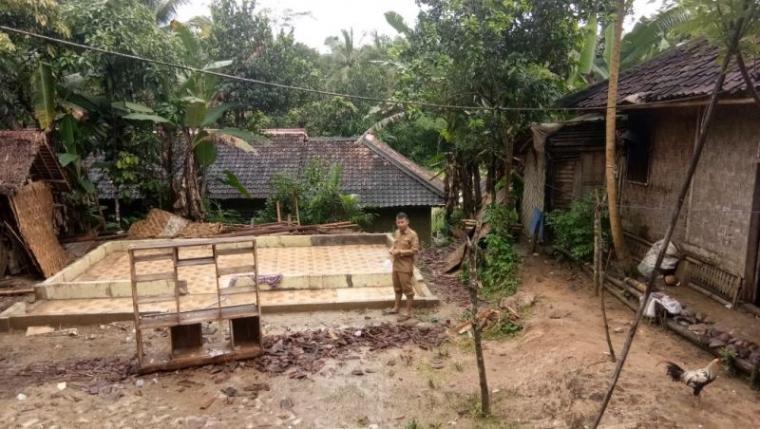 Bangunan majlis taklim Nurul Yaqin di Kampung Cilegong, Desa Cisampih, Kecamatan Banjarsari ambruk akibat angin kencang. (Foto: TitikNOL)