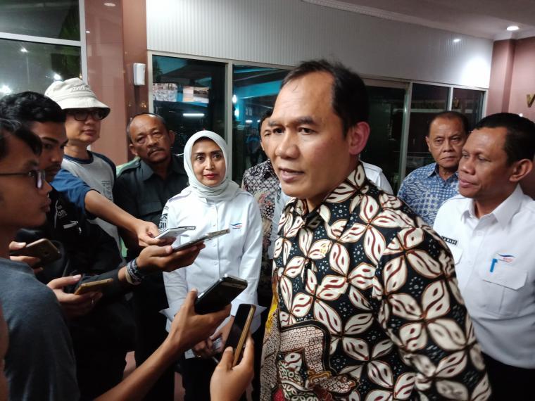 Anggota Komisi VI DPR RI Bambang Haryo saat memberikan keterangan kepada wartawan di Pelabuhan Merak. (Foto: TitikNOL)