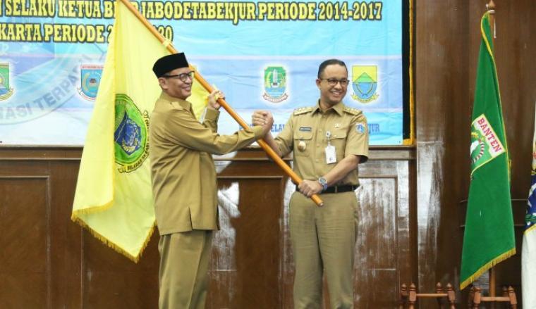 Gubernur Banten Wahidin Halim saat menyerahkan tongkat estafet kepemimpinan BKSP Jabodetabekjur ke Gubernur DKI Jakarta Anies Baswedan. (Foto: TitikNOL)