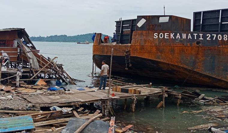 Kapal tongkang Soekawati 2708 bermuatan pasir tabrak Warung di Pesisir Hotel Merak Beach. (Foto: TitikNOL)