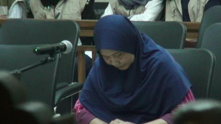 Mantan Direktur Rumah Sakit Umum (RSU) Banten drg Dwi Hesti Hendarti, menangis usai menjalani sidang tuntutan di Pengadilan Negeri Serang. (Foto: TitikNOL)