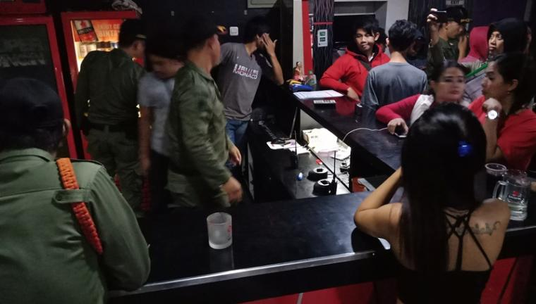 Suasana razia yang dilakukan petugas gabungan di tempat hiburan malam beberapa waktu lalu. (Foto: TitikNOL)