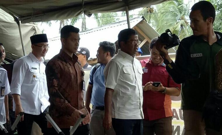 Mensos Idrus Marham, saat kunjungi korban gempa di Kecamatan Panggarangan, Kabupaten Lebak. (Foto: TitikN1OL)