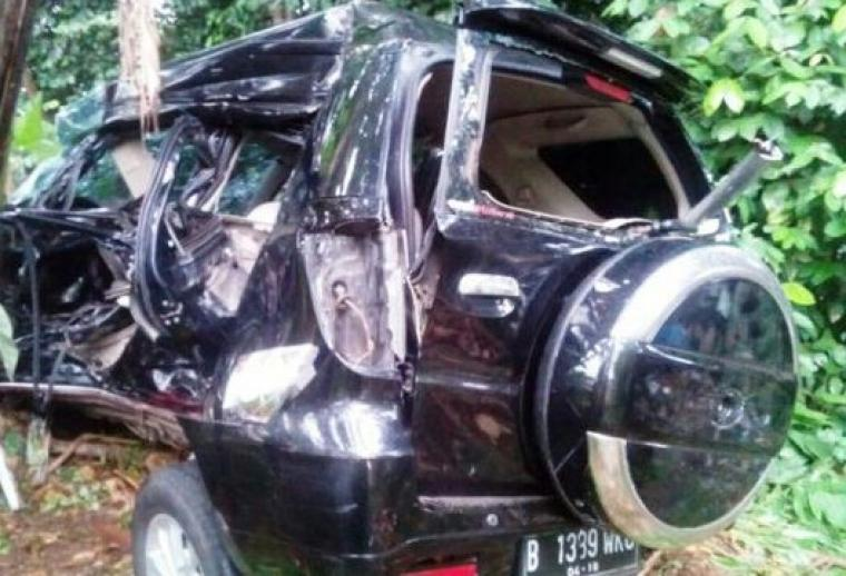 Mobil Terios ringsek setelah ditabrak kereta barang. (Foto: Ist)