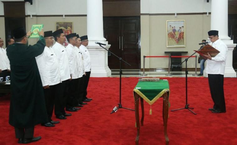 Gubernur Banten Wahidin Halim saat melantik lima pejabat eselon II di lingkungan pemerintahan provinsi Banten. (Foto: TitikNOL)