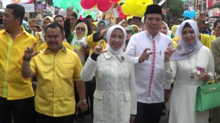 Wali Kota Serang Tb Haerul Jaman saat mengantar istinya Vera Nurlaela Jaman daftar di KPU. (Dok: TitikNOL)