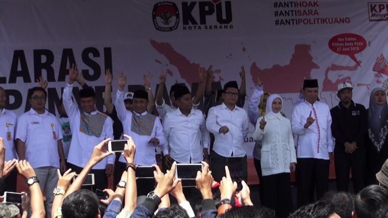 Tiga pasangan calon di Pilkada Kota Serang saat mengucapkan deklarasi kampanye damai. (Foto: TitikNOL)