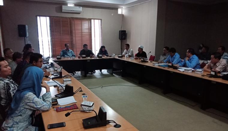 Suasana rapat dengar pendapat Komisi II DPRD Cilegon dengan manajemen PT Dover Chemical dan beberapa OPD terkait. (Foto: TitikNOL)