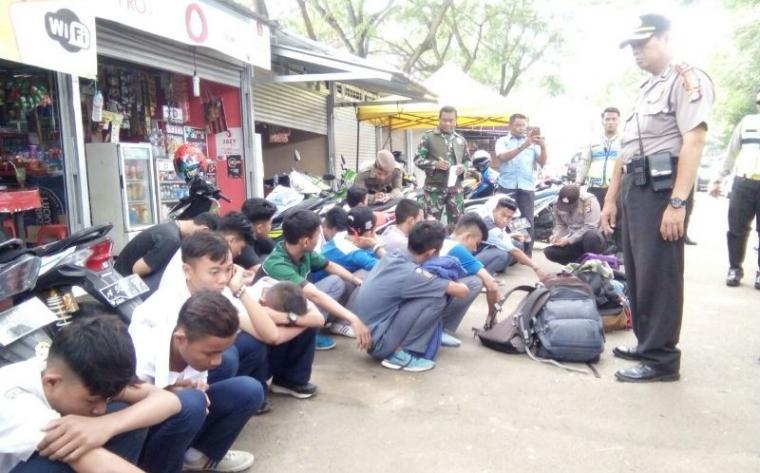 Puluhan pelajar membolos saat terjaring rajia di kawasan Stadion Maulana Yusuf. (Foto: TitikNOL)