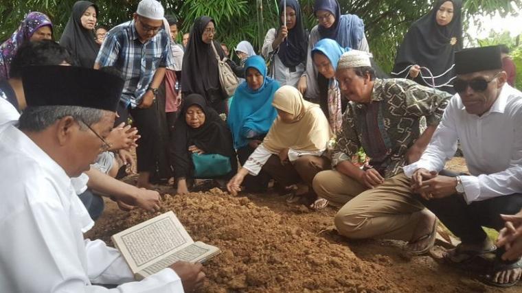 Pemakaman jenazah Diyanti Dyah Cahyani Putri, di Pemakaman Ki Ahmad, Kampung Cengkok, Cipocok Jaya, Kota Serang. (Foto: TitikNOL)