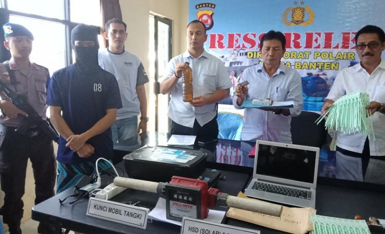 :Jajaran Ditpolair Polda Banten saat menggelar kasus penyelundupan bbm ilegal. (Foto: TitikNOL)