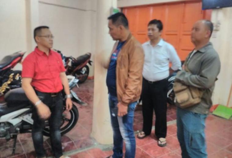 Kapolres Lebak AKBP Dani Arianto saat melakukan pengecekan ke lokasi perampokan terhadap bos toko emas pulau indah. (Foto: TitikNOL)