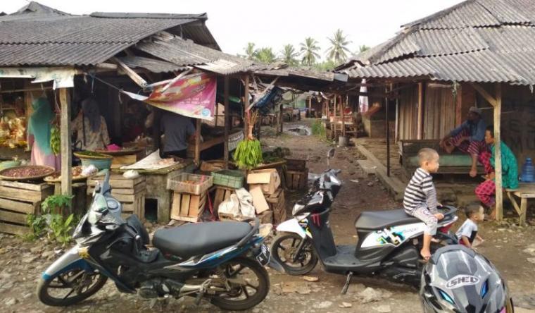 Pasar Simpang Malingping sepi pengunjung, kumuh dan tidak terawat. (Foto: TitikNOL)