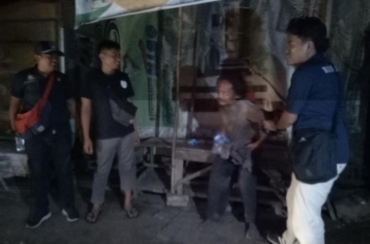 Senin (19/2/2018) malam, Tim gabungan Polsek Serang Kota, Koramil dan Dinas Pol PP Kota Serang saat melakukan razia. (Foto: TitikNOL)