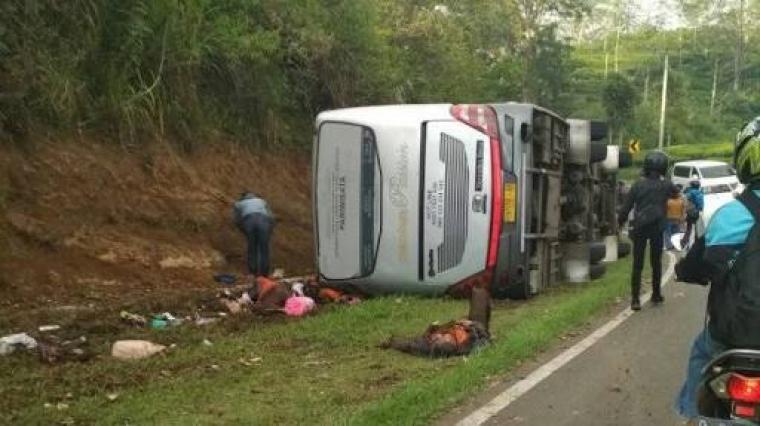 Bus terbalik usai kecelakaan di Tanjakan Emen, Subang, Jawa Barat. (Dok: net)