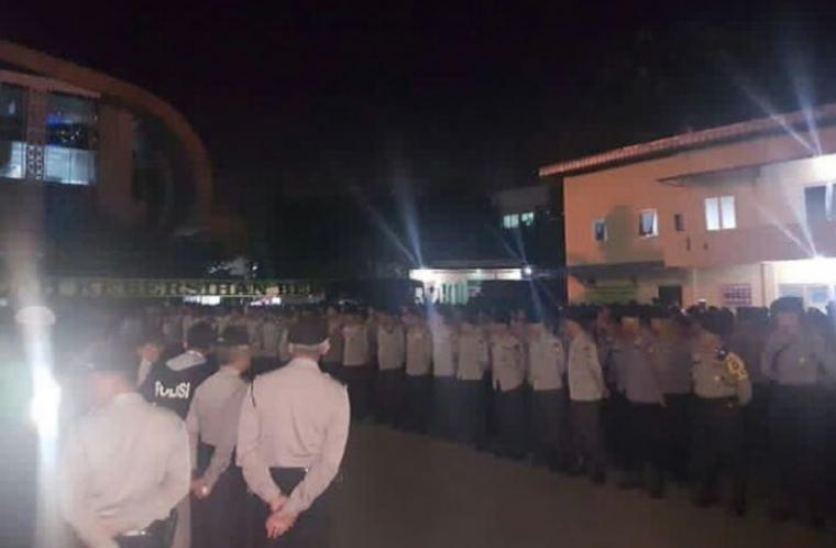 Sejumlah anggota Polri dari Polda Metro Jaya saat bersiaga di Bandara Soetta, Tangerang, menyambut kedatangan Habib Rizieq. (Foto: TitikNOL)