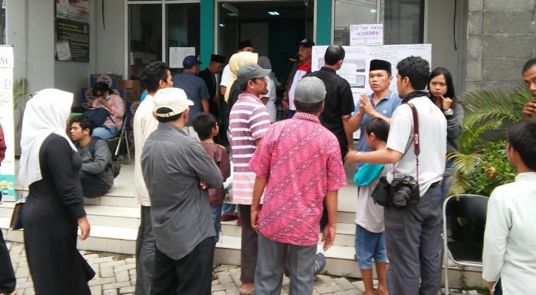 Sejumlah warga melihat daftar korban kecelakaan Tanjakan Emen, Subang, Jawa Barat, yang ditempel di kantor kelurahan. (Foto: TITIKNOL)