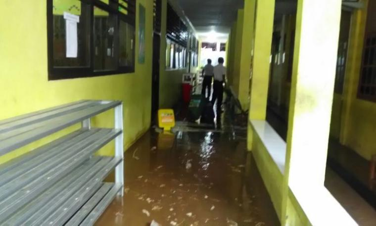 Kondisi SMPN 6 Kota Cilegon yang terendam. (Istimewa).